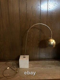 Travail MID Century Modern Italian Guzzini Travertin Brass Arc Lampe De Table MCM